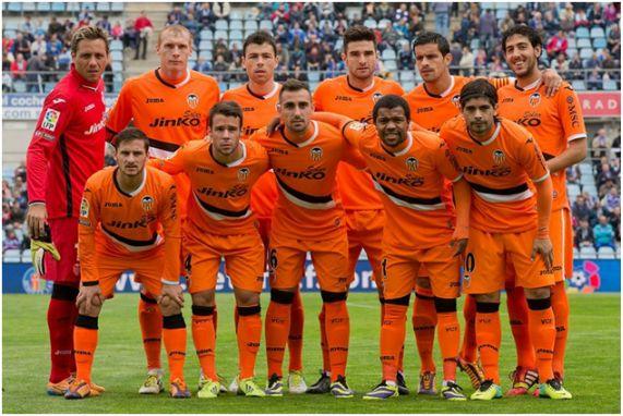 Formación 2013-14: De pie: Diego Alves, Mathieu, Javi Fuego, Barragán, Ricardo Costa, Parejo. Agachados: Piatti, Bernat, Paco Alcácer, Pabón, Banega.