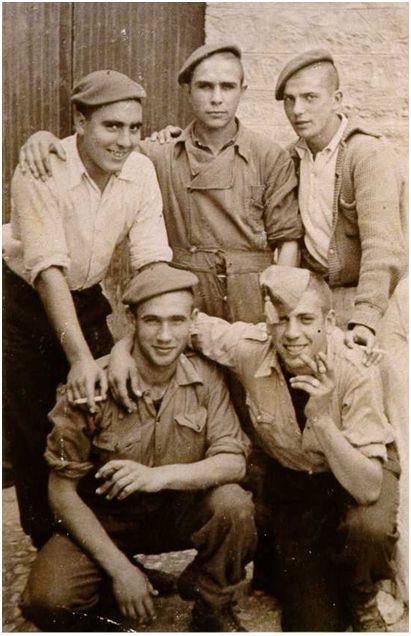 Estella –hoy en día, Estella-Lizarra– (¿octubre de 1938?). José Luis Justel junto a varios compañeros sestaotarras pertenecientes a la quinta del 41 e integrantes del batallón 'Arapiles'. Fila superior de izquierda a derecha: Dámaso (apellido desconocido), Susilla (nombre desconocido) y Marcelino Atucha. Agachados de izquierda a derecha: José Luis Justel y Juan Talavera (Fotografía cedida por Marcelino Atucha). Probablemente sea la última fotografía en vida de Justel.