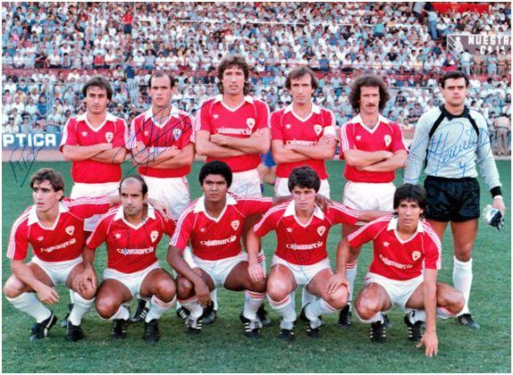 Formación 1983-84: De pie: Sierra J.J., Núñez M., Higinio, Vidaña, Ramírez, Cervantes. Agachados: López, Santi, Figueroa, Guina, Moyano.