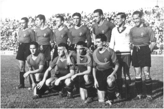 Formación 1940-41: De pie: Tamayo, Huete, Castro Ant., Solé, Uría, Suárez, Gaspar Rubio. Agachados: Huguet, Sierra J., Retamar, Vega.
