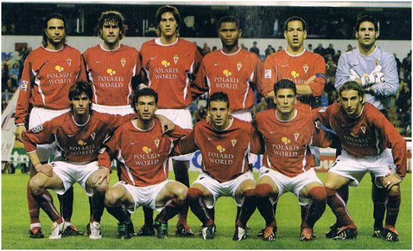 Formación 2003-04. De pie: Esnáider, Carreras, Azcárate, Hurtado, Acciari, Juanmi. Agachados: Valera, Richi, Luis García, Zamora, Gancedo.
