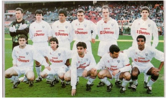 Formación 1993-94: De pie: Balaguer, Sala, Zalazar, Antonio, Coco, Geli. Agachados: Santi, Dos Santos, Chesa, Menéndez, Nilson.