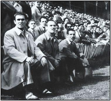 Ramón Balaguer, en el banquillo donostiarra de Atocha, el año 1947, junto a un directivo del Alcoyano y el masajista. Los alicantinos se impusieron por 1-2.