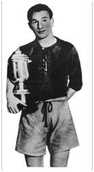 San Mamés. 8 de enero de 1939. Sestao, 2 – Erandio, 1. Reñones, capitán del Sestao, equipo vencedor de la Copa Vizcaya o Copa del Presidente de la Diputación y subcampeón del Torneo Vizcaya. (Fuente: Marca de 1 de febrero de 1939).