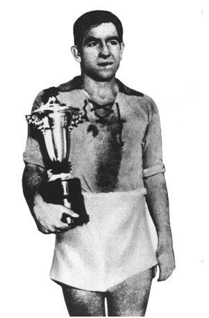 San Mamés. 8 de enero de 1939. Sestao, 2 – Erandio, 1. José Luis Amallobieta ('Luisón'), capitán del Erandio, equipo finalista de la Copa Vizcaya o Copa del Presidente de la Diputación y campeón del Torneo Vizcaya. (Fuente: Marca de 1 de febrero de 1939).