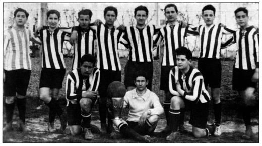 Colegio Jesuitas de Orduña. Curso 1919-1920. Equipo de sexto curso. De pie, el quinto por la izquierda. (© Sabino Arana Fundazioa).
