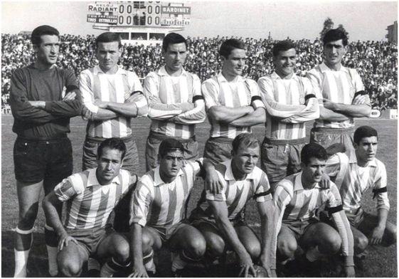 Formación 1963-64: De pie: Piris, Gatell, Bartolí, Muñoz, Santos, Labernia. Agachados: Tejada, Boy, Kubala, Ferrando, Mercadé.