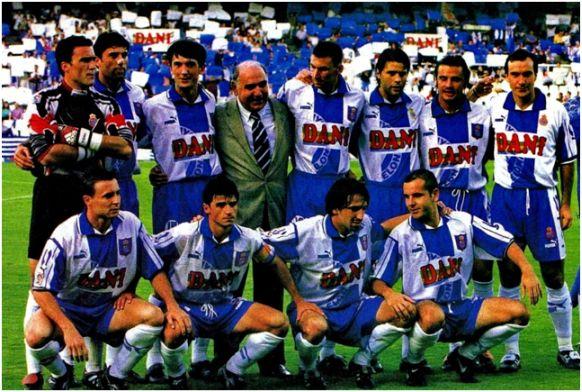 Formación 1996-97: De pie: Toni, Nando, Pacheta, Delegado, Arteaga, Pochettino, Torres Mestre, Cobos. Agachados: Cristóbal, Lardín, Pralija, Ouédec.