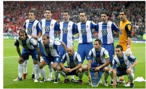 Formación Subcampeón UEFA 2006: De pie: Luis García, Riera, Marc Torrejón, Moisés, Jarque, Iraizoz. Agachados: Rufete, Zabaleta, De la Peña, Tamudo, David García.