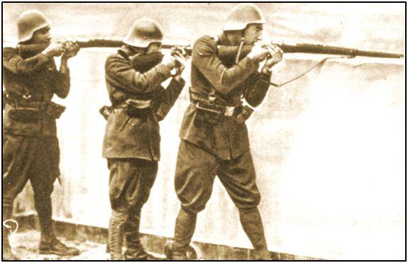 Esta foto de Isidro Lángara, tomada durante la Revolución de Octubre, a punto estuvo de costarle la vida en 1937. Sólo la decidida intervención de varios amigos le libró de ser linchado, como otros muchos compañeros de cautiverio, en los buques prisión surtos en la ría bilbaína.