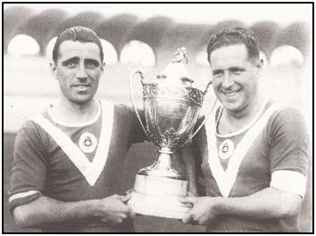 Mancisidor y Urtizberea posan con el trofeo de campeones (de 2ª División) conquistado por un Girondins muy españolizado.
