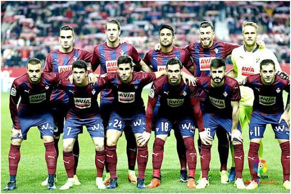 Formación 2016-17: De pie: Escalante, Lejeune, Dos Santos, Sergi Enrich, Yoel.  Agachados: Pedro León, Capa, Adrián González, Arbilla, Fran Rico, Rubén Peña.