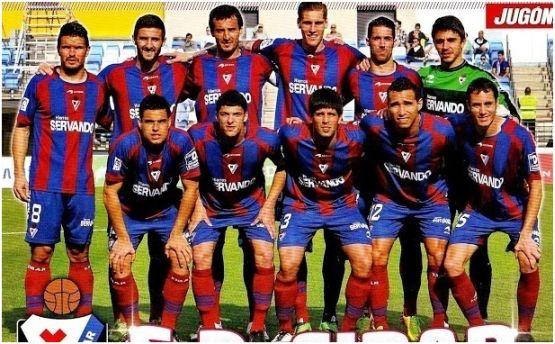 Formación 2013-14: De pie: Errasti, Raúl Navas, Arruabarrena, Albentosa, Lillo, Irureta. Agachados: Dani García, Capa, Kijera, Gilvan Gomes, Mainz.