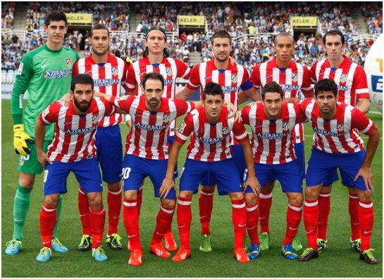 Formación 2013-14: De pie: Courtois, Mario Suárez, Filipe, Gabi, Miranda, Godín. Agachados: Turan, Juanfran, Villa, Koke, Diego Costa.