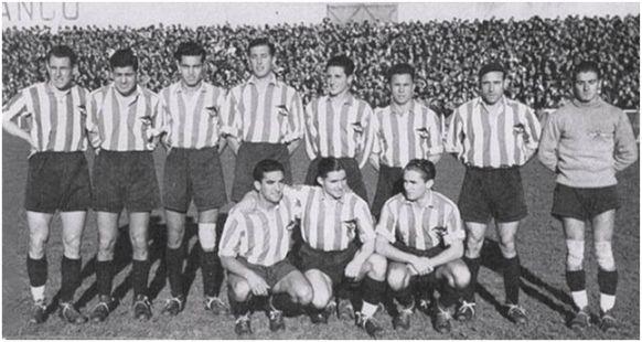 Formación 1939-40. De pie: Elícegui, Mesa, Campos, Blanco, Enrique, Machín, Alejandro, Tabales. Agachados: Germán, Vázquez, Escudero J.
