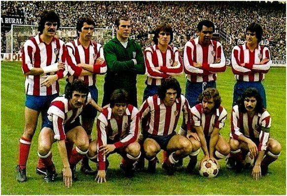 Formación 1976-77: De pie: Leal, Alberto, Reina, Marcelino, Pereira, Benegas.  Agachados: Capón, Aguilar, Rubén Cano, Robi, Ayala.