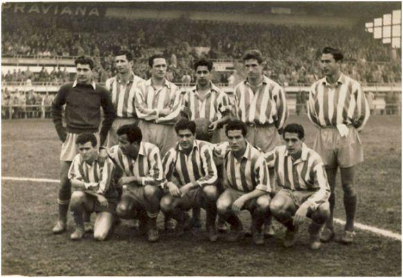 Formación 1953-54. De pie: Menéndez, Heriberto Herrera, Martín, Hernández, Cobo, Mújica. Agachados: Miguel, Silva, Escudero, Coque, Callejo.