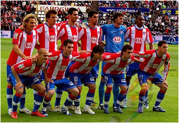 Formación 2007-08. De pie: Forlán, Camacho, Pablo, Raúl García, Leo Franco, Perea. Agachados: Pernía, Antonio López, Kun Agüero, Simäo, Maxi Rodríguez.