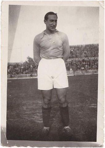 Fotografía de pasaitarra Isidro Lángara vistiendo la camiseta del Real Oviedo, equipo en el que militó en dos etapas: una, 1930-36 y otra 1946-48 (Fuente fotográfica: https://www.pinterest.es/pin/174021973084827089).