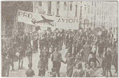 Instantánea de la manifestación pro avión Euzkadi celebrada en Bilbao el mismo día del partido (Eguna, 09-02-37).