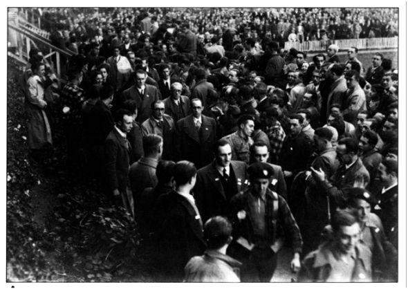 San Mamés, 7 de febrero de 1937. El Lehendakari Aguirre, acompañado de varios de sus consejeros, se dirige entre los aplausos del público al palco presidencial (Eguna, 09-02-37).