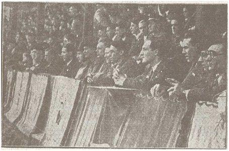 San Mamés, 7 de febrero de 1937. El Lehendakari Aguirre, cuarto por la derecha, presidiendo el partdo acompañado, entre otros. Por varios de sus consejeros: Leizaola, Monzón, Gracia, Aznar y Aldasoro (Eguna, 09-02-37).