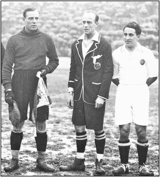 """Pelayo Serrano, en su época de árbitro, entre Ricardo Zamora y Quesada. Fue masacrado en el buque-prisión """"Altuna Mendi"""". Además de abogado era socio del Athletic bilbaíno."""