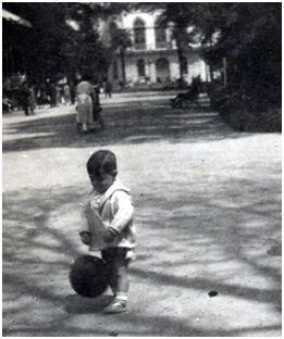 Primera foto de Félix Martialay con un balón, en Burgos, en 1927.