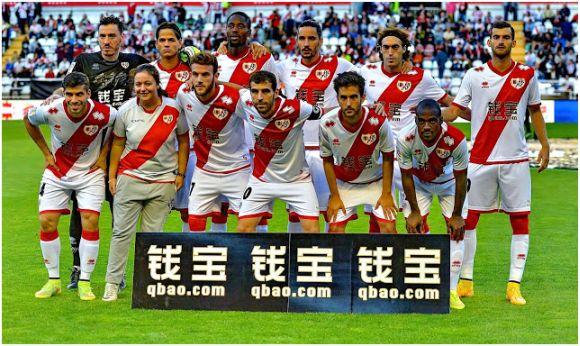 Formación 2014-15: Arriba: Christian Álvarez, Zé Castro, Abdoulaye, Licá, Baena,  Leo Baptistao. Abajo: Insúa, Quini, Trashorras, Alberto Bueno, Kakuta.