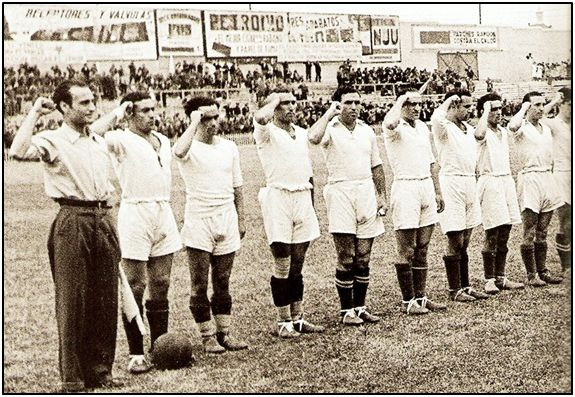 De un día para otro, los futbolistas pasaron de saludar con el puño cerrado, a hacerlo a la romana. En la imagen el Madrid republicano, antes de que echase a rodar el balón en un partido homenaje a la Brigada Mixta.