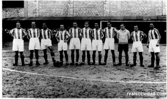 Formación 1930-31: Garmendía, Paco Bienzobas, Ilundain, Marculeta, Cholín, Ayestarán,Amadeo, Custodio Bienzobas, Izaguirre, Arana, Mariscal.