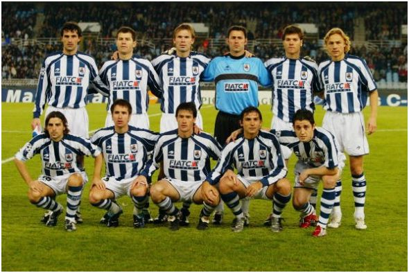 Formación 2003-04: De pie: Aranzábal, Shürrer, Kvarme, Alberto, Xabi Alonso, Karpin. Agachados: Alkiza, López Rekarte, Gabilondo, De Paula, Nihat.