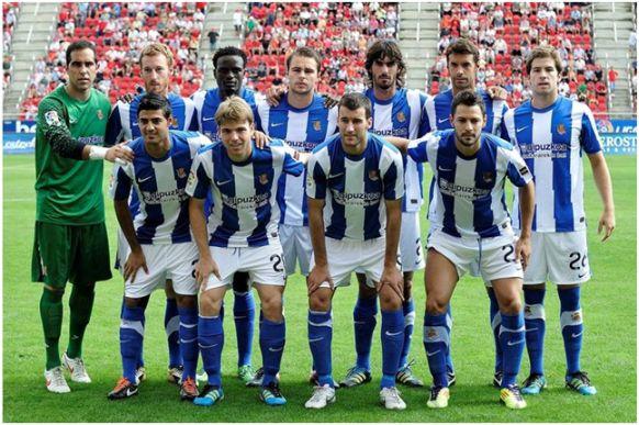 Formación 2011-12: Arriba: Bravo, Zurutuza, Mariga, Demidov, Carlos Martínez, Xabi Prieto, Íñigo Martínez. Abajo: Vela, Illarramendi, Agirretxe, De la Bella.