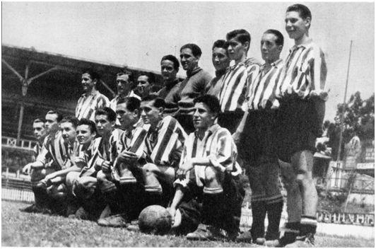 [San Mamés, 26-06-1938. Equipo de 'cachorros' del Athletic. De pie y de izquierda a derecha: Manu Viar, Bertol[11], Eguskiza, Idígoras, Kirschner, Echevarría (estos tres últimos porteros), Larrazábal, Gamechogoicoechea y Lecue. Arrodillados y de izquierda a derecha: Lejardi, Díez, Saldaña, Nico Viar (hermano de Manu), Gardoy, Justel, Izaguirre y González (Fotografía cortesía de Garbiñe Bitorika Apeztegia, viuda de Echevarría).]