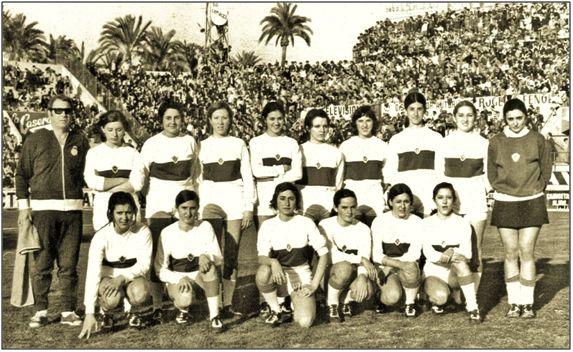 """Equipo femenino del Elche, en los años 70, entes que las mujeres gozasen de competiciones """"oficiales"""". Manuel Pazos había contribuido lo suyo, llamando su atención, siquiera fuese como espectadoras."""