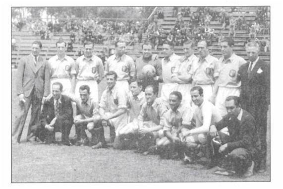 Necaxa (18-06-39): Euzkadi, 4 - Atlético Corrales de Asunción, 4. De pie (de izquierda a derecha): Blasco, Aedo, Pedro Regueiro, Cilaurren, Urquiaga (sustituto de Blasco)), Iraragorri, Emilín, Luis Regueiro. Muguerza y Melchor Alegría. Agachados (de izquierda a derecha) Rezola (masajista), Urquiola, Barcos ('Pablito'), Larrínaga, Tomás Aguirre (hermano del Lehendakari), ? (refuerzo), Rodríguez (refuerzo) y ?. Fotografía cortesía de Gregorio Blasco, hijo].