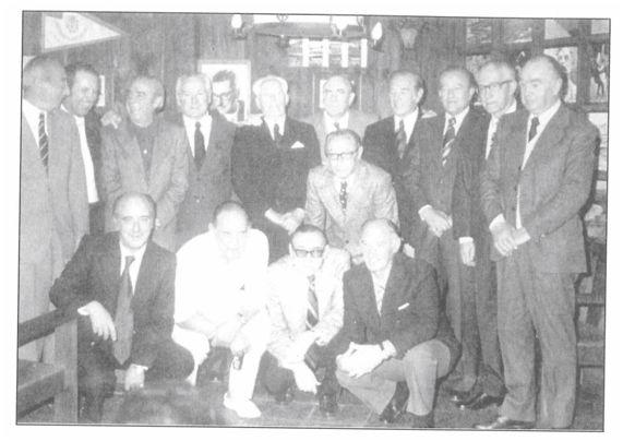 Sociedad Gaztelupe (México D.F.). 6 de enero de 1979. Fila superior (de izquierda a derecha): Isidro Lángara, Iñaki Alegría, Pedro Regueiro, Enrique Larrínaga, Melchor Alegría, Luis Regueiro, Pablo Barcos ('Pablito'), Emilio Alonso ('Emilín'), José Muguerza y Rafael Egusquiza). En el centro de la fotografía, José Mª Urquiola y agachados en la fila inferior y de izquierda a derecha: José Luis Alegría, Sabino Aguirre, Tomás Regueiro y Serafín Aedo. (Fotografía cortesía de Gregorio Blasco hijo.]