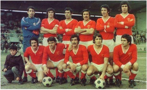 Formación 1974-75: De pie: Paco, Juanito, Martínez Jayo, Hita, Espárrago, Rivas I.  Agachados: Plaza, Lora, Cantudo, Rubio, Ortiz.
