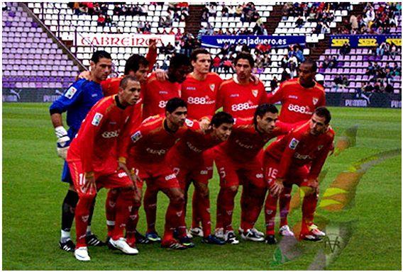 Formación 2008-09. De pie: Palop, Maresca, Konko, Squillaci, Escudé, Romaric. Abajo: Luis Fabiano, Renato, Jesús Navas, Duscher, Fernando Navarro.