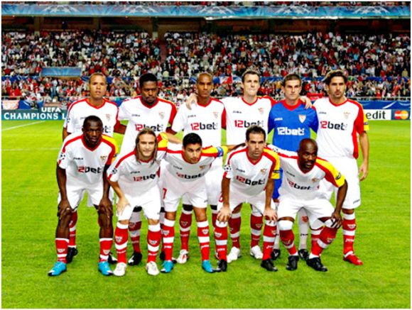 Formación 2009-10. Arriba: Luis Fabiano, Romaric, Konko, Squillaci, Javi Varas, Escudé. Abajo: Koné, Diego Capel, Jesús Navas, Fernando Navarro, Zokora.