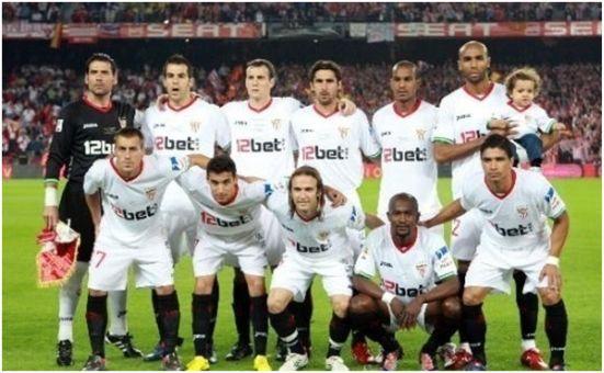 Formación Copa del Rey 2009-10. Arriba: Palop, Negredo, Squillaci, Escudé, Konko, Kanouté. Agachados: Luna, Jesús Navas, Diego Capel, Zokora, Renato.