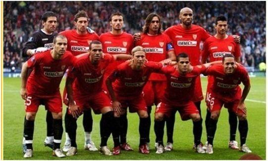 Formación Copa UEFA 2006- 07: Arriba: Palop, Dragutinovic, Puerta, Javi Navarro, Kanouté, Martí. Abajo: Maresca, Luis Fabiano, Poulsen, Dani Alves, Adriano.