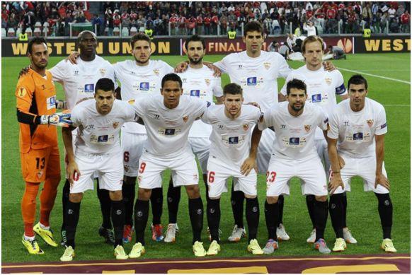Formación Europa League 2013-14: Arriba: Beto, M'Bia, Carriço, Pareja, Fazio, Rakitic. Abajo: Vitolo, Bacca, Alberto Moreno, Coke, Reyes.