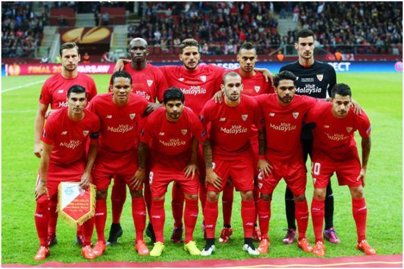 Formación Europa League 2014-15. Arriba: Krychowiak, M'Bia, Carriço, Kolodziejczak, Serio Rico. Abajo: Reyes, Bacca, Banega, Aleix Vidal, Trémoulinas, Vitolo.