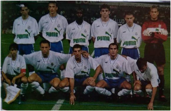 Formación 1997-98. Arriba: Makaay, Jokanovic, Vierklau, Ballesteros, Hapal, Andersson. Agachados: Felipe, Antonio Mata, Chano, Pinilla, Juanele.