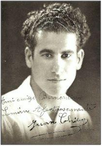 """""""Chicote"""" (Juan Chico Díaz). En 1930 ingresaba en el Sporting de Gijón, a cambio de 5.000 ptas. más gastos de viaje y hotel. Una lesión, en vísperas de fichar por el R. Madrid, truncó el traspaso. Regresaría a su isla para lucir la camiseta del C. D. Tenerife."""