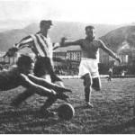 FOTO: San Mamés. 15 de enero de 1939. Bilbao Athletic Club, 3 – Erandio, 1. Echevarría evita en magnífica estirada el peligro para su meta. Autor: Elorza. (Fuente: Marca de 25 de enero de 1939).