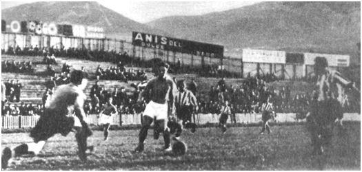 FOTO: San Mamés. 15 de enero de 1939. Bilbao Athletic Club, 3 – Erandio, 1. Echevarría sale decidido cortando el avance de un delantero del Erandio. Autor: Elorza. (Fuente: Marca de 25 de enero de 1939).