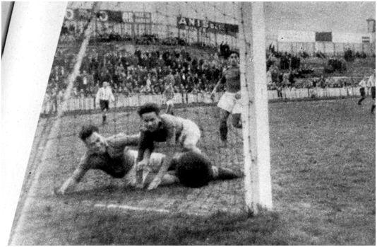 FOTO: San Mamés. 19 de febrero de 1939. Bilbao Athletic Club, 8 – Erandio, 0. Uno de los goles marcados por el Bilbao Athletic Club. (Autor: Elorza. Fuente: Marca de 1 de marzo de 1939).