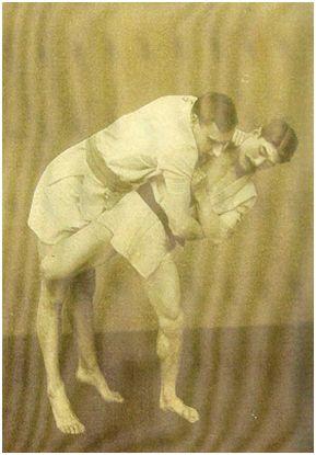 Rakú compitiendo. Fuente: https://memoriasclubdeportivodebilbao.blogspot.com/2010/08/rakuen-bilbao-y-el-jiu-jitsu.html